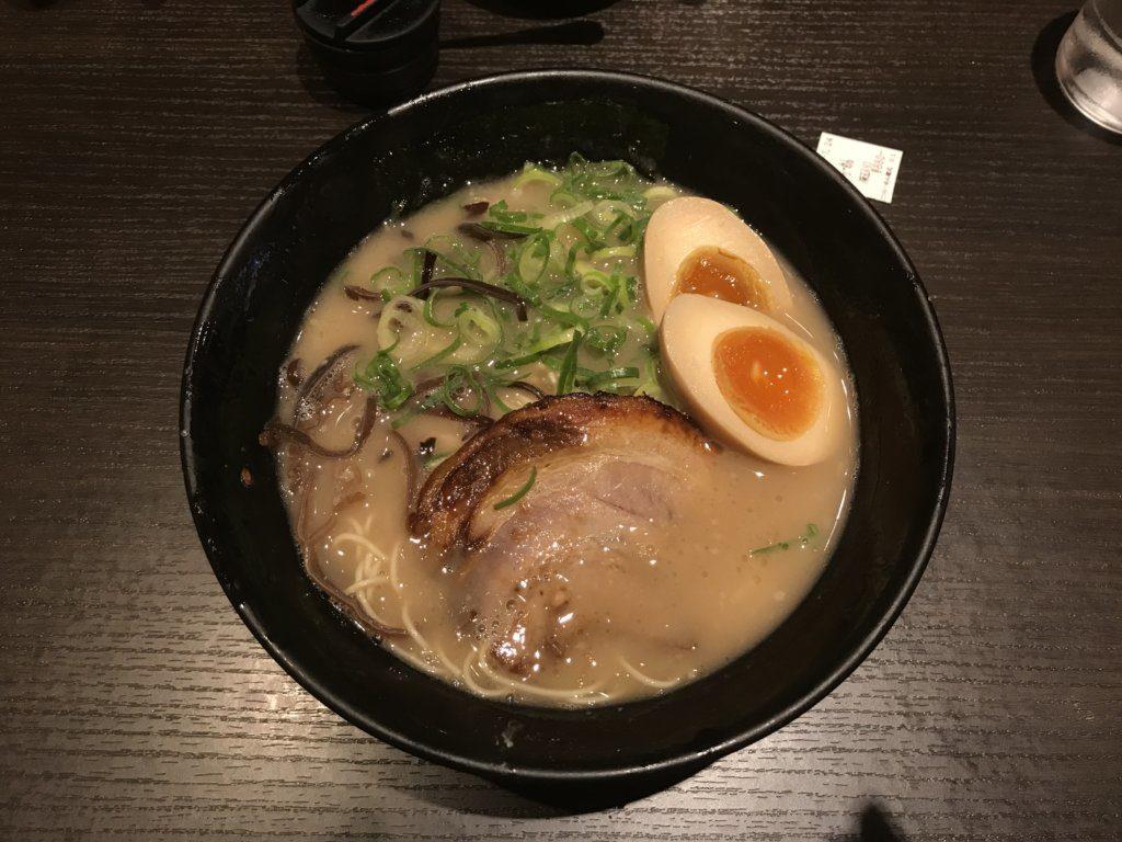 【ラーメンレビュー】東京ラーメンストリート:とんこつらーめん俺式 純の豚骨ラーメン味玉入りを食べてみた