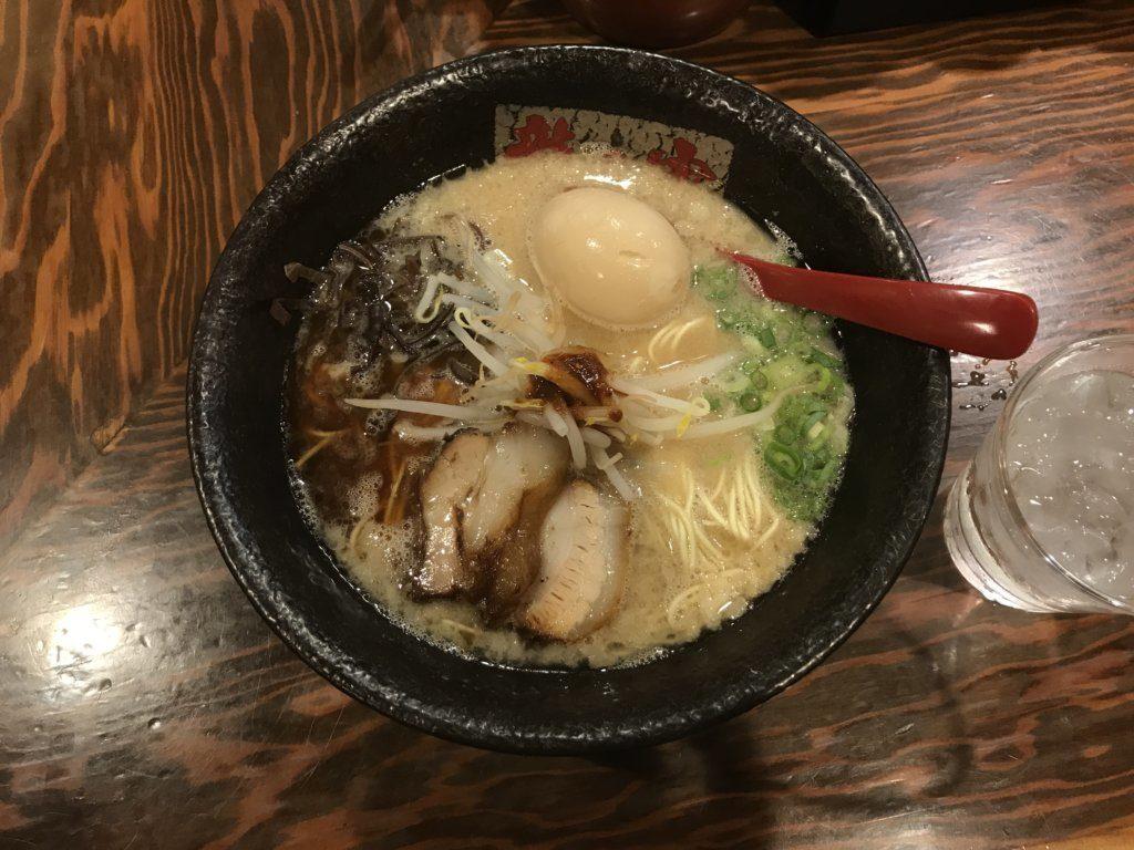 【ラーメンレビュー】新宿:龍の家のとんこつこく味を食べてみた